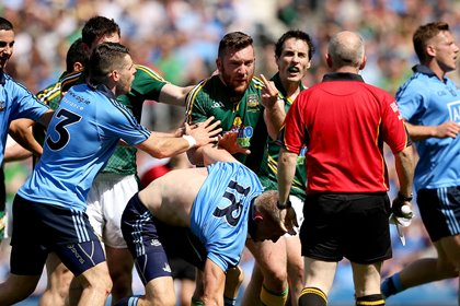 Mickey Burke shows his finger to the linesman alleging he was bitten ©INPHO/James Crombie