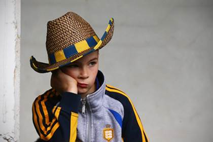 A young Clare supporter waits patiently for the Clare team to arrive.<br />&#169;INPHO/Cathal Noonan.