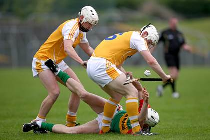 Carlow&#39;s James Doyle with Neal McAuley and Aaron Graffin of Antrim.<br />&#169;INPHO/Ryan Byrne.