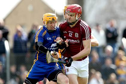 Clare&#39;s Patrick Kelly and Jonathan Glynn of Galway.<br />&#169;INPHO/James Crombie.