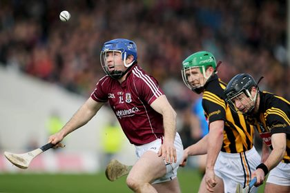 Galway&#39;s Damien Hayes under pressure from Paul Murphy and JJ Delaney of Kilkenny.<br />&#169;INPHO/Cathal Noonan.