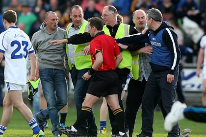 Cavan manager Peter Reilly confronts referee Derek O&#39;Mahoney<br />&#169;INPHO