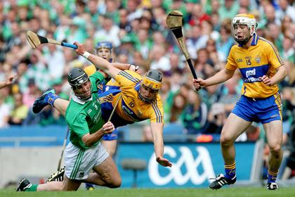 Limerick&#39;s Donal O&#39;Grady with John Conlon and Conor McGrath of Clare.<br />&#169;INPHO/Ryan Byrne.